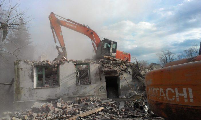 Производство работ по демонтажу комплекса зданий и хозяйственных построек