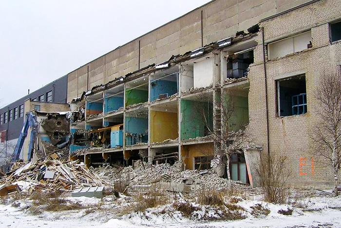 Работы по сносу здания ядерного саркофага в г. Палдиски
