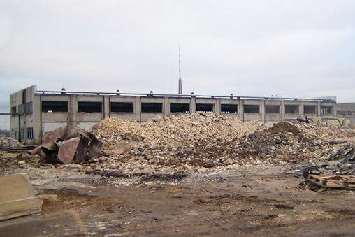 Снос складских зданий в Риге, на ул. Скаисткалнес